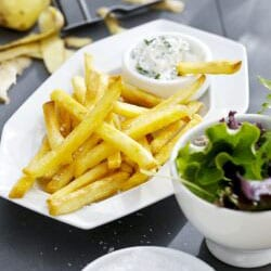 Patatas fritas con salsa de yogur
